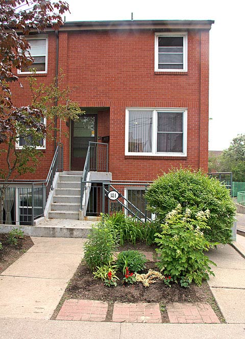 Operating since 1984, Jean Dudley House is a 10-bedroom facility for seniors with 24-hour non-medical support by Neighbourhood Link Support Services staff. Jean Dudley is well suited to seniors who are unable to fully cope with the activities of daily living or are impeded by some form of cognitive impairment.